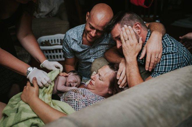 Cặp đồng tính nam bật khóc nức nở khi chứng kiến khoảnh khắc con đầu lòng chào đời - Ảnh 11.