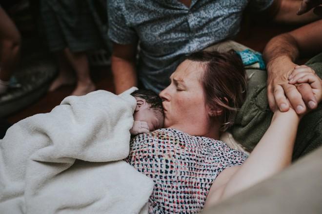 Cặp đồng tính nam bật khóc nức nở khi chứng kiến khoảnh khắc con đầu lòng chào đời - Ảnh 12.