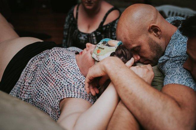 Cặp đồng tính nam bật khóc nức nở khi chứng kiến khoảnh khắc con đầu lòng chào đời - Ảnh 10.
