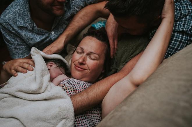 Cặp đồng tính nam bật khóc nức nở khi chứng kiến khoảnh khắc con đầu lòng chào đời - Ảnh 14.