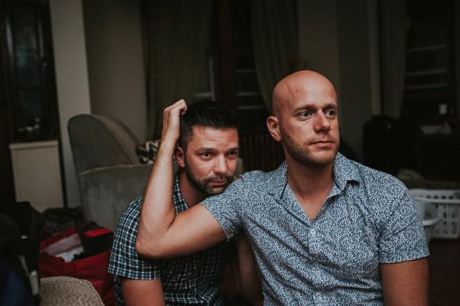 Cặp đồng tính nam bật khóc nức nở khi chứng kiến khoảnh khắc con đầu lòng chào đời - Ảnh 6.