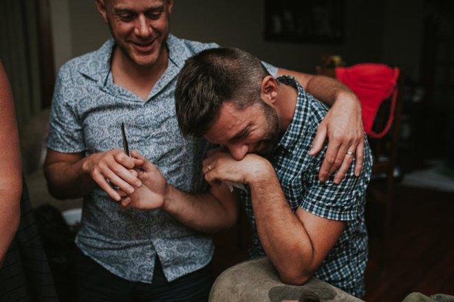 Cặp đồng tính nam bật khóc nức nở khi chứng kiến khoảnh khắc con đầu lòng chào đời - Ảnh 23.