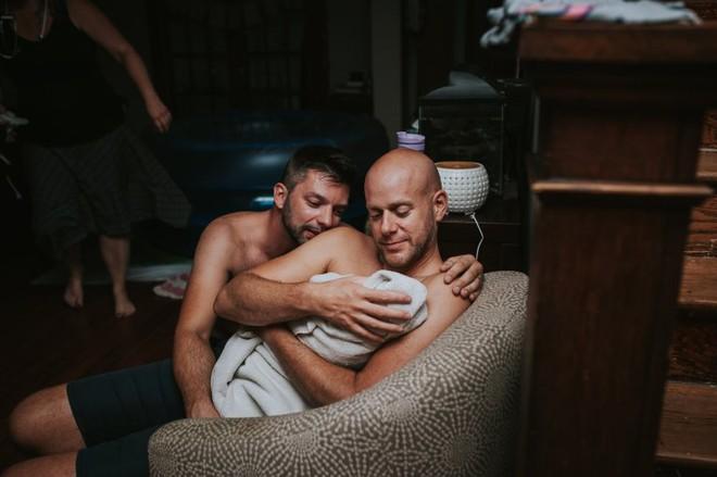 Cặp đồng tính nam bật khóc nức nở khi chứng kiến khoảnh khắc con đầu lòng chào đời - Ảnh 24.