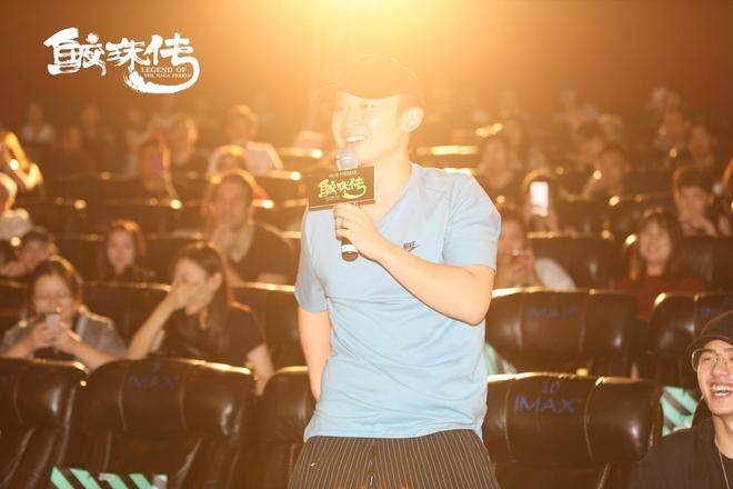 Chưa đủ tuổi vị thành niên, Vương Tuấn Khải (TFBoys) được đàn anh chăm sóc tận tình khi đi xem phim có cảnh hot - Ảnh 5.