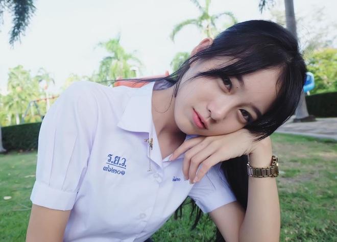 Chỉ cần diện đồng phục học sinh thôi, cô bạn Thái Lan sinh 2000 đã xinh hết phần người ta! - Ảnh 3.