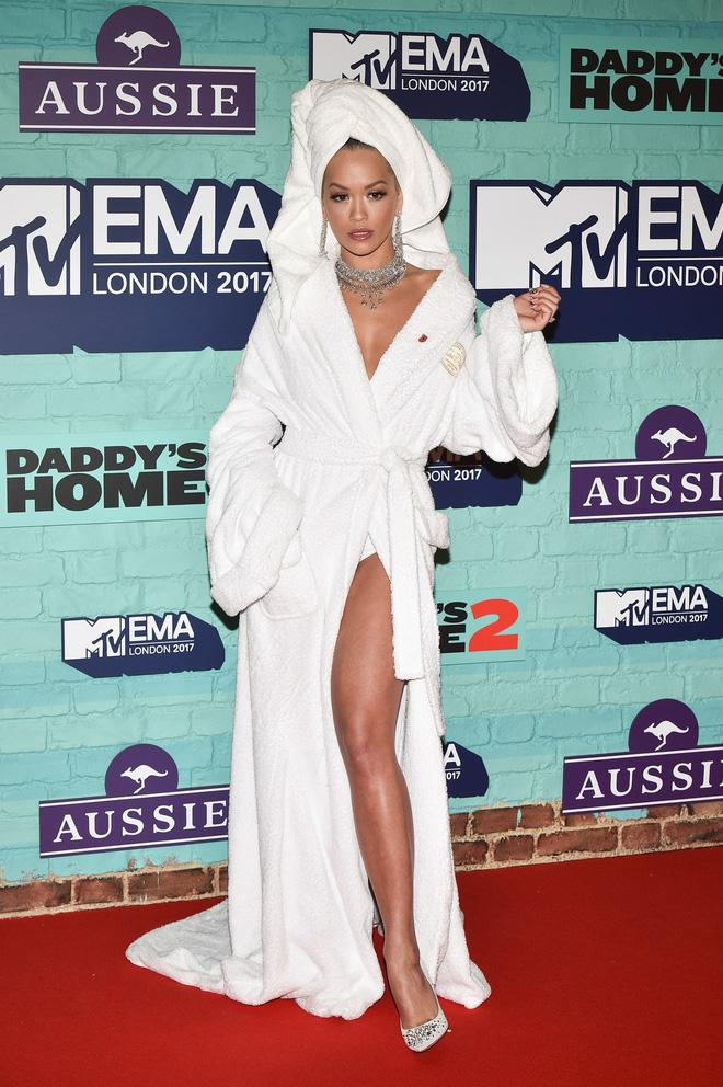 Bộ cánh sốc óc của Rita Ora tại EMA 2017: Chính là đang tắm dở đã bị lôi đi quẩy đúng không? - Ảnh 2.