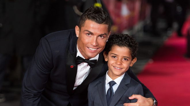 Con trai Ronaldo lại sút phạt ghi bàn giống bố: Dấu hiệu của siêu sao tương lai - Ảnh 3.