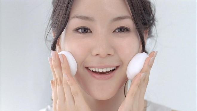 Những thói quen giúp hạn chế tình trạng da bóng nhẫy dầu trên khuôn mặt - Ảnh 2.