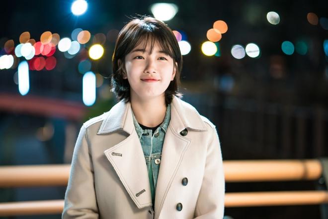Cắt tóc ngắn ngủn, Suzy vẫn xinh và mặc đẹp trong Khi Nàng Say Giấc - ảnh 1