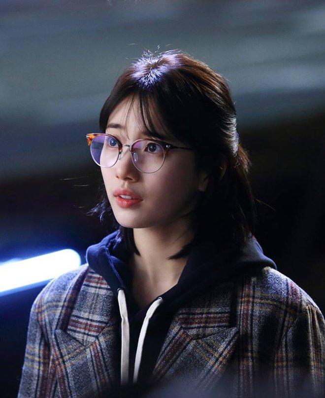 Cắt tóc ngắn ngủn, Suzy vẫn xinh và mặc đẹp trong Khi Nàng Say Giấc - ảnh 5