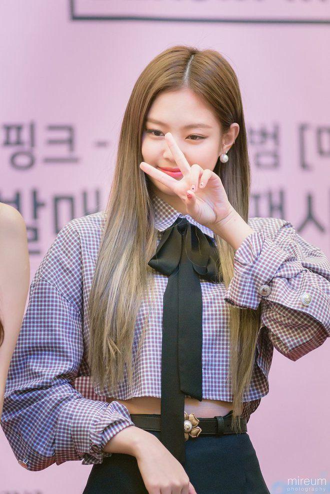 Quả là Jennie Kim (Black Pink) mặc thứ gì, các nam idol liền diện ngay thứ đó! - ảnh 2