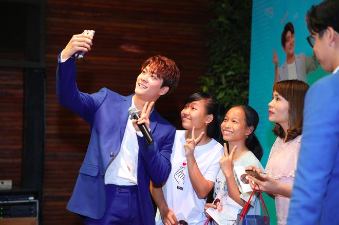 Kang Tae Oh phồng má, chu môi chiều fan Việt cực nhiệt tình - Ảnh 21.