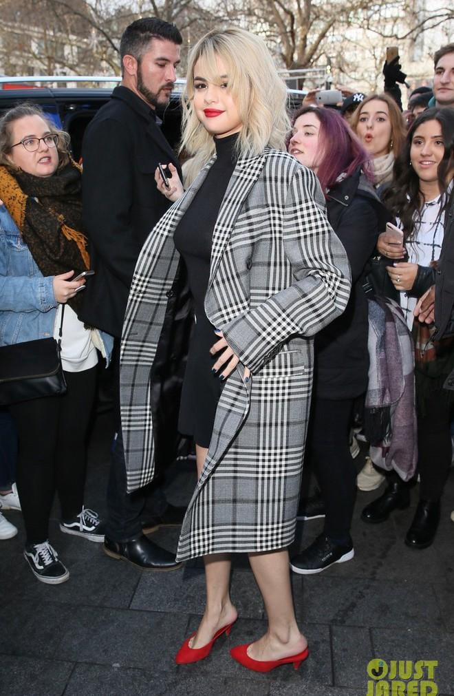 Chịu khó đến mức đỉnh cao: Selena Gomez thay 5 bộ đồ 1 ngày, được cái bộ nào cũng đẹp - ảnh 4