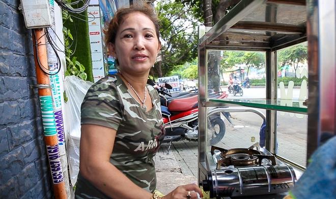 Người bán hàng rong ở Sài Gòn nói gì về đề xuất cho thuê vỉa hè với giá 100 nghìn đồng mỗi m2? - Ảnh 3.