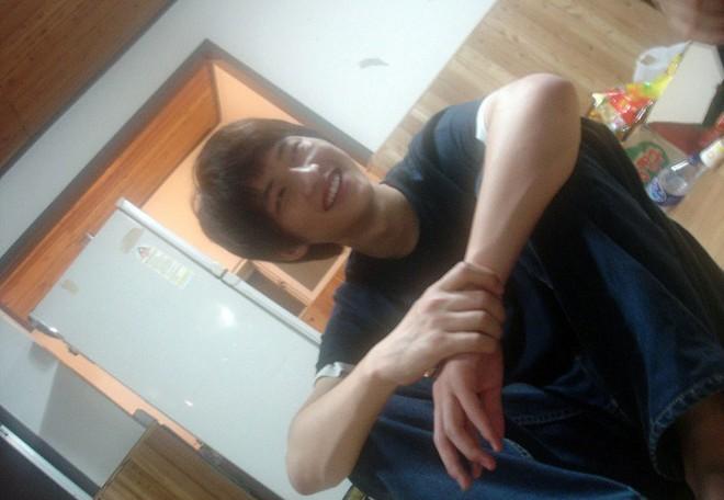 Có ai như Song Joong Ki: Thời sinh viên toàn bị chụp lén và hình nào cũng giống bìa tạp chí - Ảnh 4.