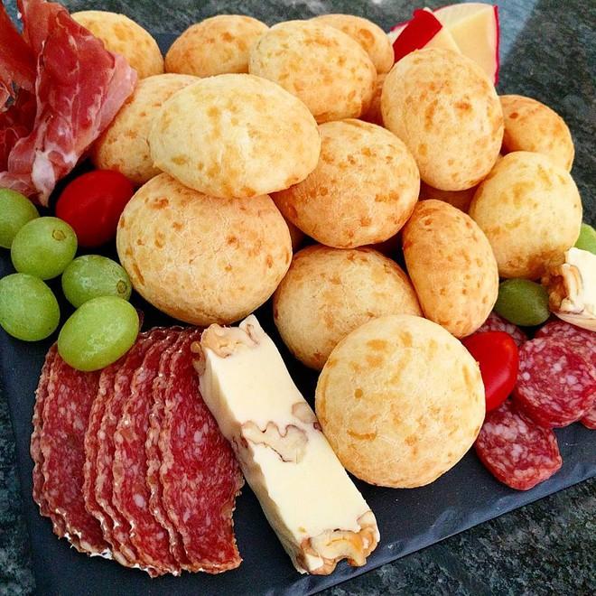 Đột nhập căn bếp ở Brazil xem cách làm bánh mì đẫm phô mai chỉ với một chiếc tô - Ảnh 7.