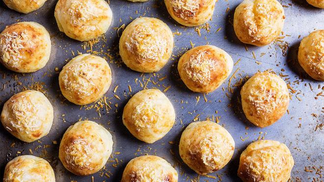 Đột nhập căn bếp ở Brazil xem cách làm bánh mì đẫm phô mai chỉ với một chiếc tô - Ảnh 6.