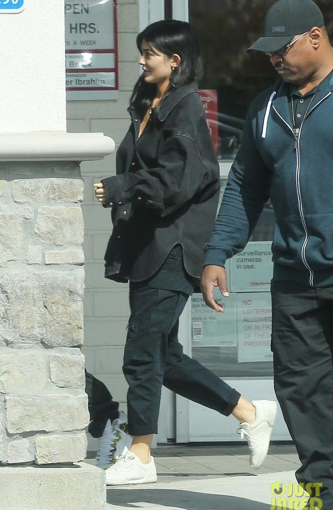 Mai Phương Thúy diện đồ giản dị giật mình, Kylie Jenner bô nhếch khác hẳn hình sống ảo - Ảnh 2.
