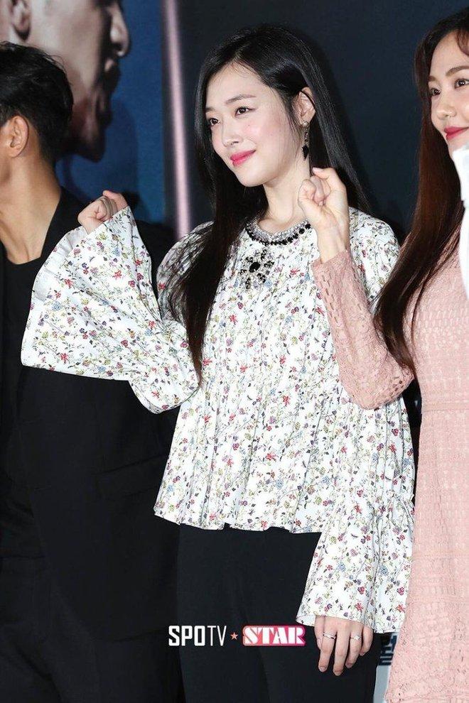 """Chi gần 1,6 tỷ chỉ cho 3 bộ trang phục, Sulli quả là """"chơi sang"""" nhất nhì Hàn Quốc rồi!"""