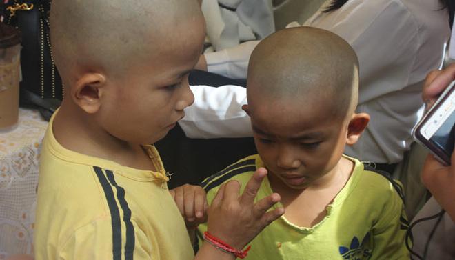 Đám tang Á quân The Voice Campuchia bị chồng bắn chết: Hai con thơ dại và bạn trai tin đồn đến đưa tiễn - Ảnh 6.