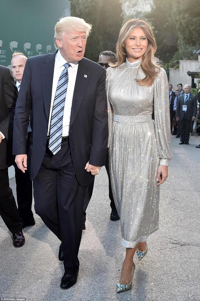 Vừa diện áo 1 tỷ 1, bà Melania Trump lại đặt may váy hơn 900 triệu để đi công du cùng chồng - Ảnh 3.