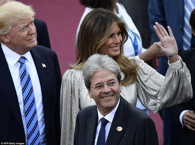 Vừa diện áo 1 tỷ 1, bà Melania Trump lại đặt may váy hơn 900 triệu để đi công du cùng chồng - Ảnh 5.