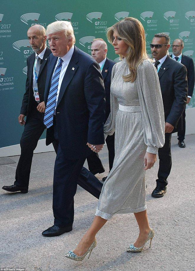 Vừa diện áo 1 tỷ 1, bà Melania Trump lại đặt may váy hơn 900 triệu để đi công du cùng chồng - Ảnh 2.