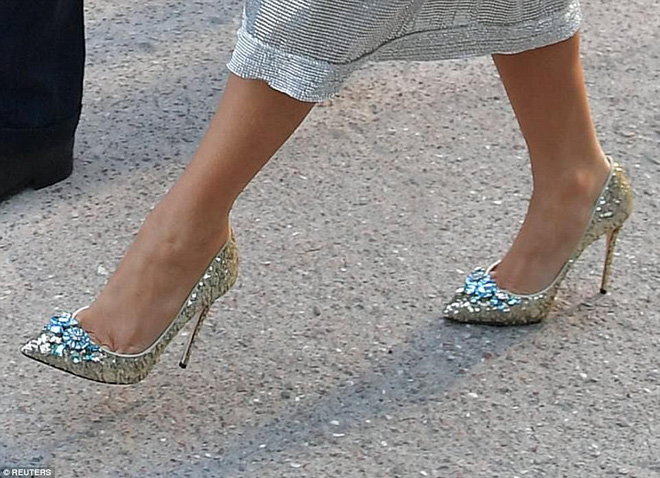 Vừa diện áo 1 tỷ 1, bà Melania Trump lại đặt may váy hơn 900 triệu để đi công du cùng chồng - Ảnh 4.