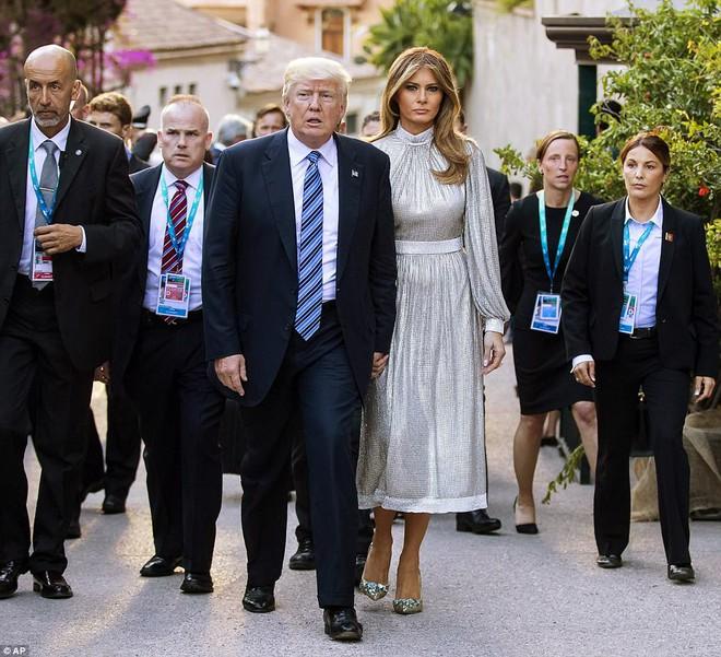 Vừa diện áo 1 tỷ 1, bà Melania Trump lại đặt may váy hơn 900 triệu để đi công du cùng chồng - Ảnh 1.