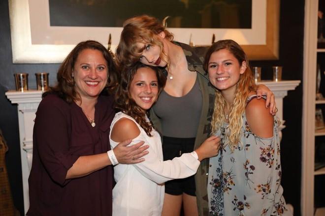 Taylor Swift tạo dáng gợi cảm khoe vòng 3 nở nang, đôi gò bồng đảo căng đầy sau tin đồn thẩm mỹ