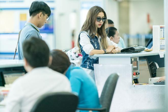 Á hậu Thúy Vân lột xác với phong cách đầy năng động và cá tính tại sân bay - Ảnh 1.