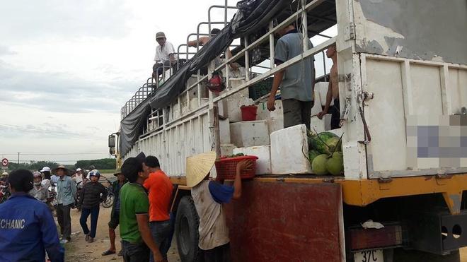 Hà Tĩnh: Xe tải biến dạng sau tai nạn, người dân giúp tài xế thu gom hàng chục tấn hoa quả - Ảnh 2.