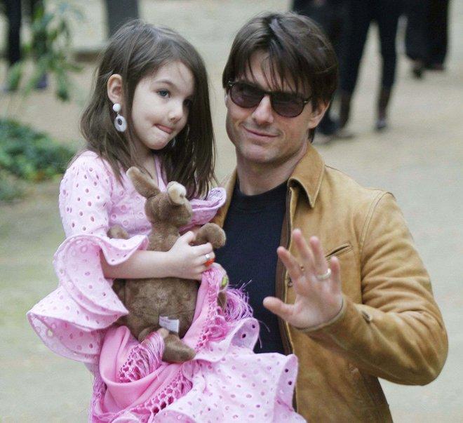 Suri Cruise đau buồn cầu xin bố Tom đến gặp bé sau 4 năm xa cách - Ảnh 1.