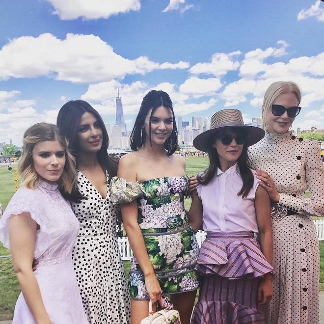 Xinh đẹp hút hồn như tiên nữ, Kendall Jenner gặp sự cố trang phục vẫn không hề phản cảm - Ảnh 12.