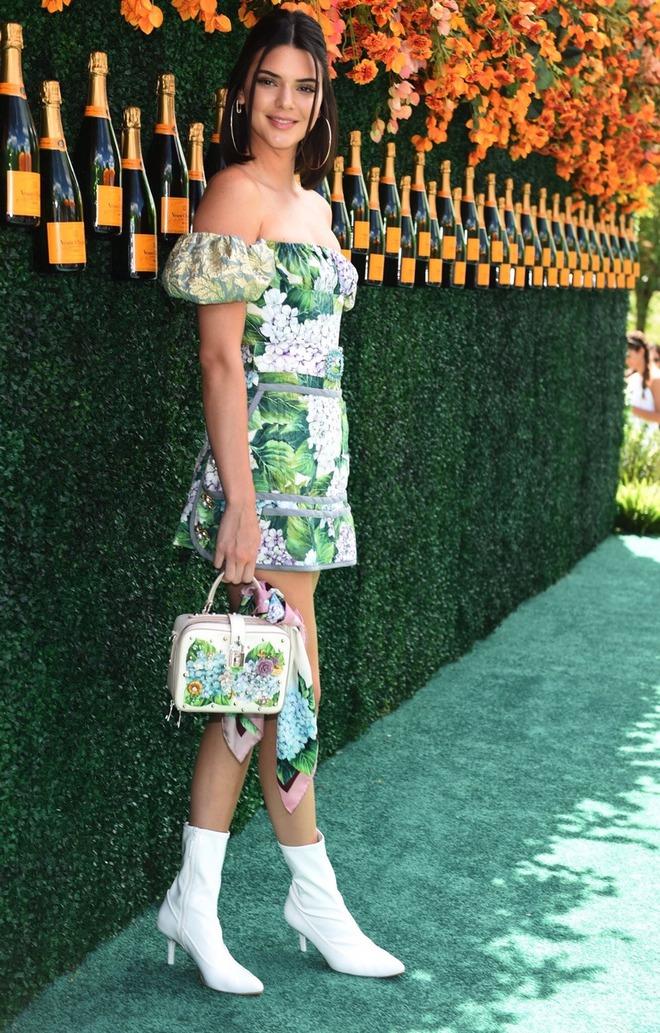 Xinh đẹp hút hồn như tiên nữ, Kendall Jenner gặp sự cố trang phục vẫn không hề phản cảm - Ảnh 5.