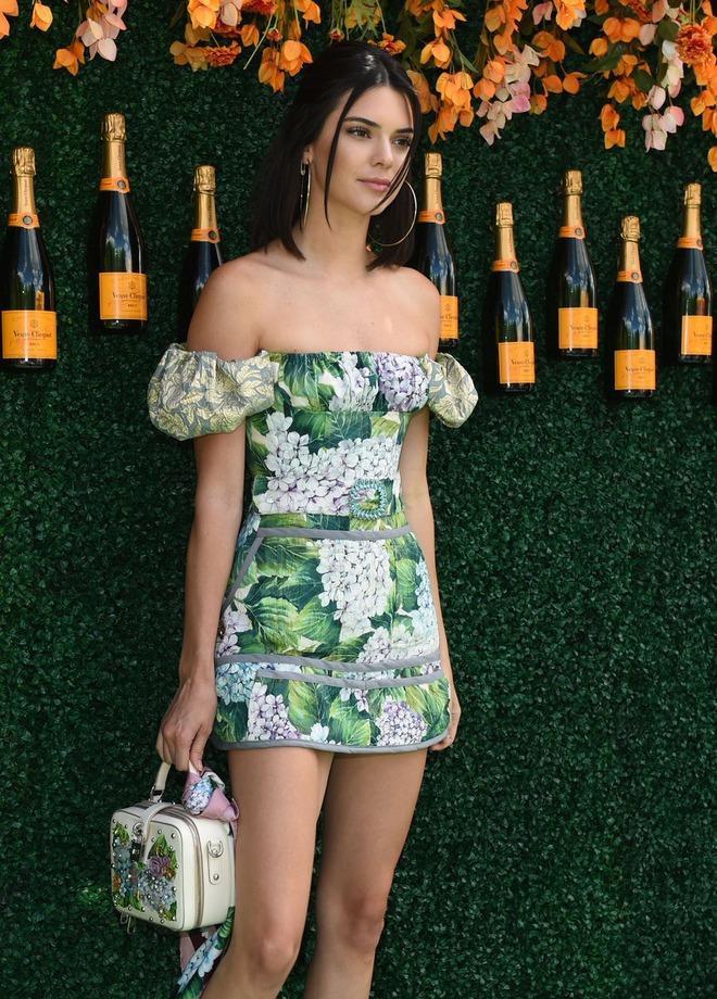 Xinh đẹp hút hồn như tiên nữ, Kendall Jenner gặp sự cố trang phục vẫn không hề phản cảm - Ảnh 9.