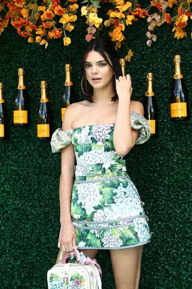 Xinh đẹp hút hồn như tiên nữ, Kendall Jenner gặp sự cố trang phục vẫn không hề phản cảm - Ảnh 8.
