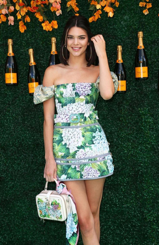 Xinh đẹp hút hồn như tiên nữ, Kendall Jenner gặp sự cố trang phục vẫn không hề phản cảm - Ảnh 3.