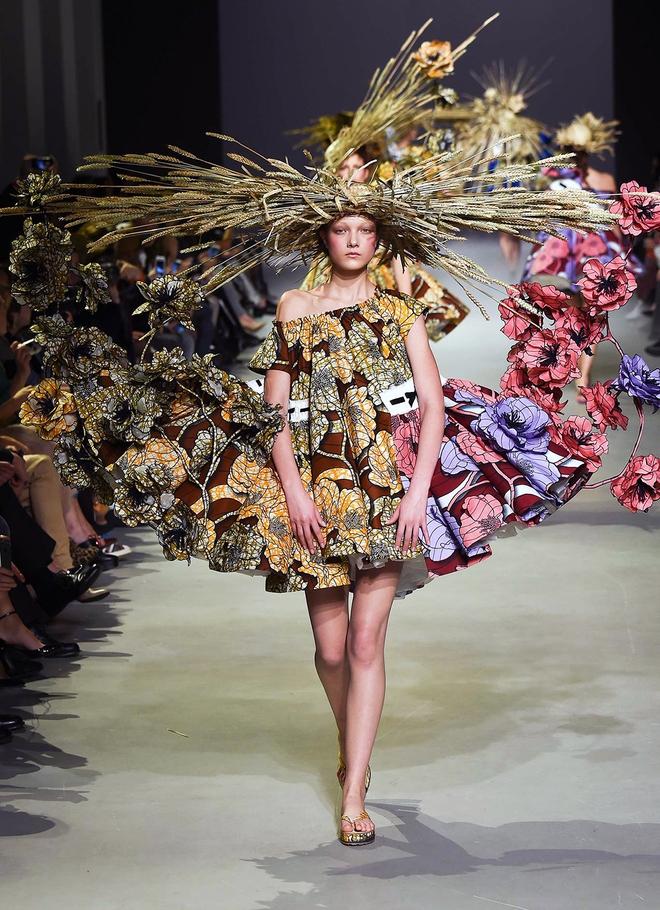Búp bê đầu khổng lồ trên sàn diễn Haute Couture: Vừa dễ thương lại vừa dễ... sợ - Ảnh 9.