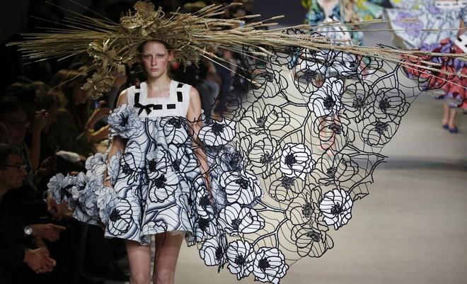 Búp bê đầu khổng lồ trên sàn diễn Haute Couture: Vừa dễ thương lại vừa dễ... sợ - Ảnh 10.