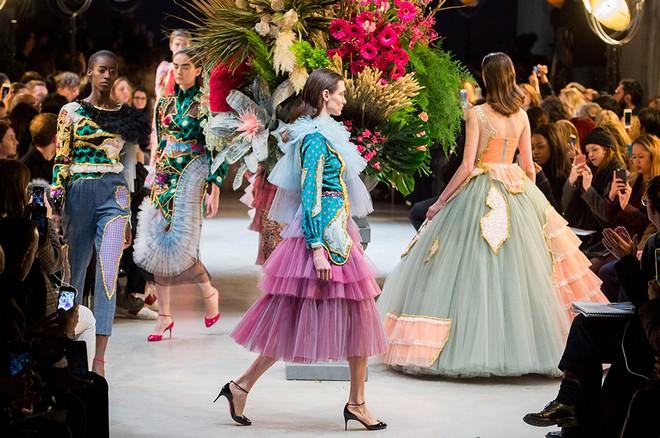 Búp bê đầu khổng lồ trên sàn diễn Haute Couture: Vừa dễ thương lại vừa dễ... sợ - Ảnh 17.