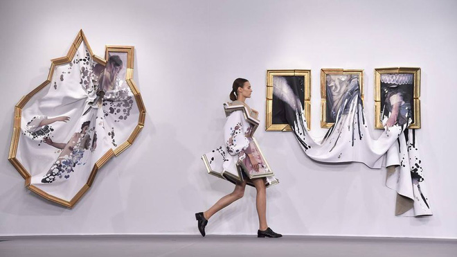 Búp bê đầu khổng lồ trên sàn diễn Haute Couture: Vừa dễ thương lại vừa dễ... sợ - Ảnh 12.