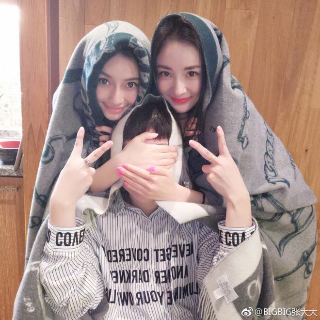 Khi hai bà mẹ bỉm sữa Angela Baby - Dương Mịch đọ sắc selfie: Xinh đẹp đến khó phân định ai thắng ai thua - Ảnh 5.