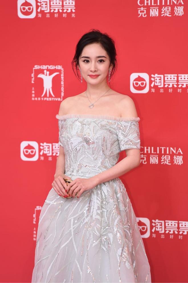 Thảm đỏ LHP Thượng Hải: Hoắc Kiến Hoa nắm chặt tay Châu Tấn, Dương Mịch đọ sắc với Lưu Diệc Phi - Ảnh 2.