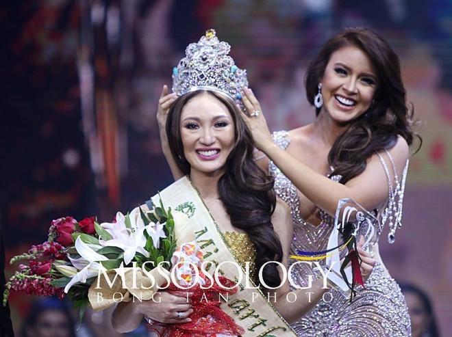 Hoa hậu Trái đất từng bị ném đá dữ dội về nhan sắc bất ngờ ghé thăm Việt Nam, rạng rỡ khoe ảnh đội nón lá - Ảnh 2.