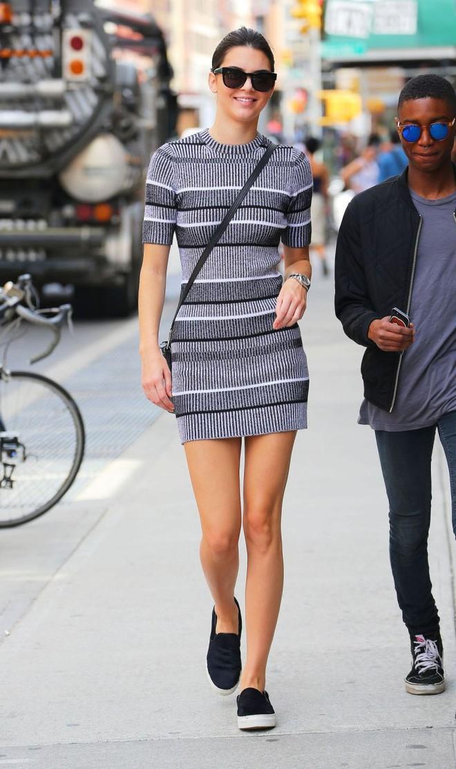 Cùng một kiểu váy kén dáng, Rosé (Black Pink) trông cuốn hút chẳng kém gì Kendall Jenner - ảnh 1