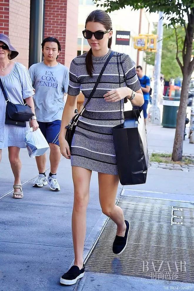 Cùng một kiểu váy kén dáng, Rosé (Black Pink) trông cuốn hút chẳng kém gì Kendall Jenner - ảnh 2