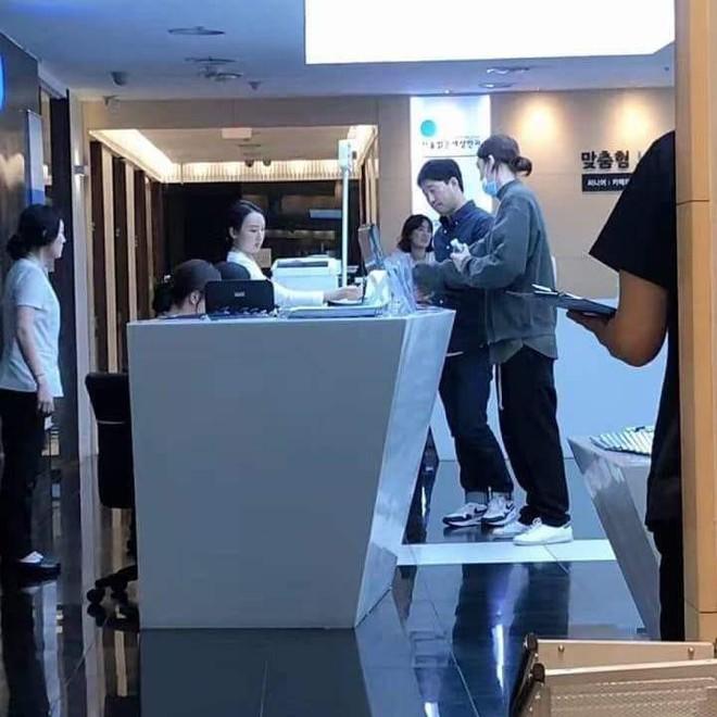 Tưởng đã chữa khỏi ung thư, dân tình lại tá hỏa trước hình ảnh Kim Woo Bin vào viện mổ - ảnh 1