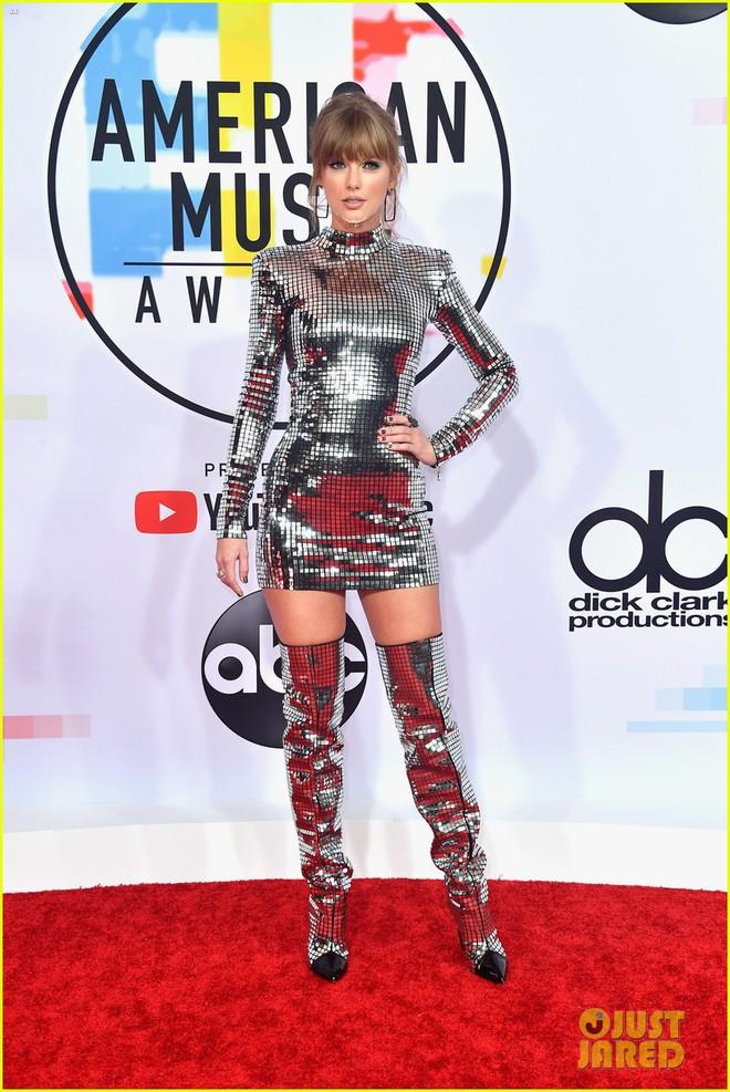Nếu để gọi tên bộ trang phục của Taylor Swift tham dự AMA 2018 thì đó hẳn phải là quả cầu disco - ảnh 3
