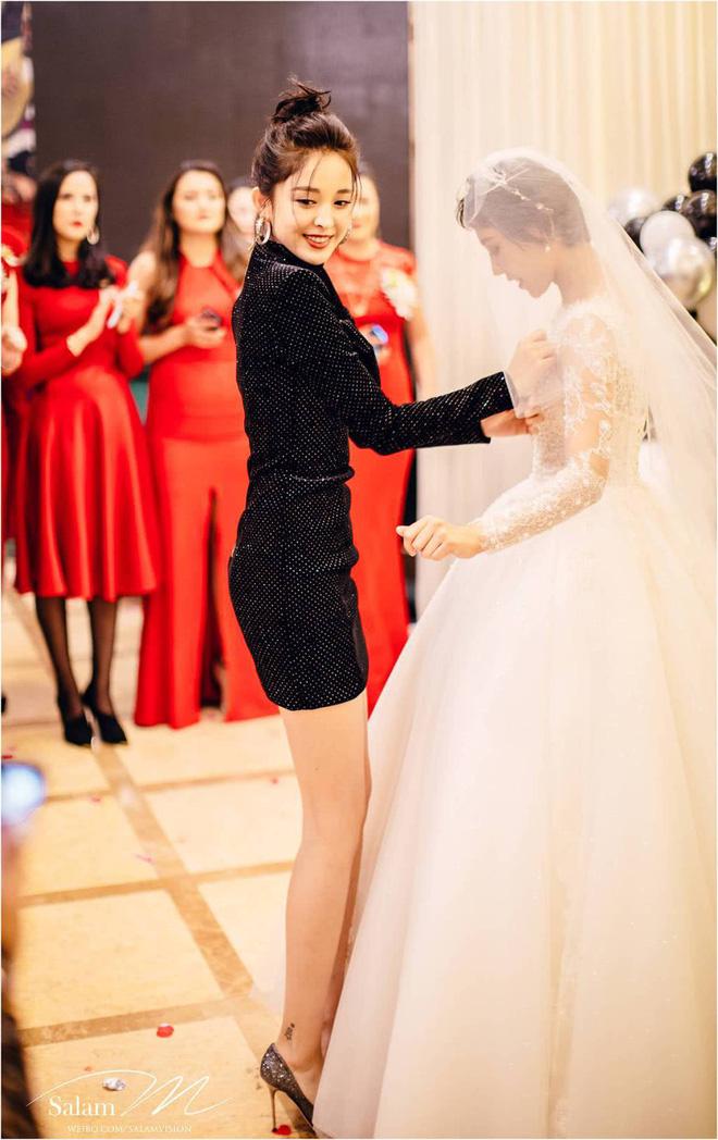 Nhìn thì đơn giản nhưng chỉ những nàng chân dài, dáng đẹp mới có thể diện được mẫu váy này - ảnh 6